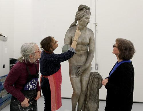 Les restauratrices découvrent Aphrodite avant leur intervention. De gauche à droite : Genovefa Le Bris du Rest, Christine Devos et Véronique Picur