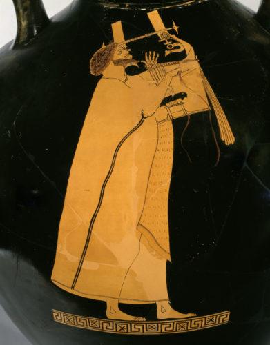 « Amphore de type panathénaïque à figures rouge » ; Peintre de Berlin ; Athènes (origine), 5e siècle av J.-C. ; période archaïque - maturité de l'archaïsme. © RMN-Grand Palais (musée du Louvre) / Christian Larrieu