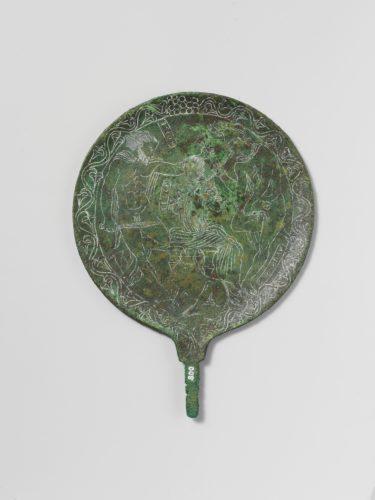 « Miroir étrusque : Ulysse, Circé et Elpénor » ; Etrurie (origine) Entre 350-300. © The Metropolitan Museum of Art