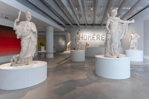 Entrée de l'exposition : l'assemblée des dieux © Laurent Lamacz